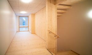 Puurakenteinen talo sisältäpäin, rakennettu vastuullisesta CLT-levystä